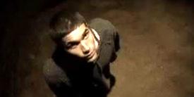 Un homme tombe dans une fosse